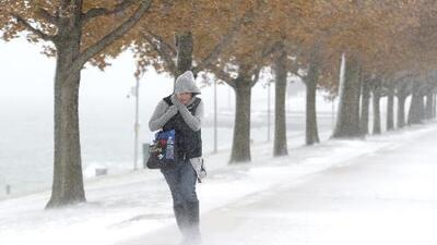 Nieve, hielo y ráfagas de viento azotan 20 estados de EEUU