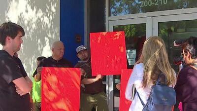 Decenas de inquilinos en North Hollywood protestaron por presuntos aumentos de renta y amenazas de desalojo