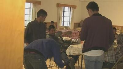Polémica por el plan de un condado en Arizona de alojar a familias migrantes en un centro correccional para menores