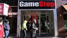 Pequeños e inexpertos inversionistas salvan a GameStop y desatan una rebelión bursátil que preocupa en Wall Street