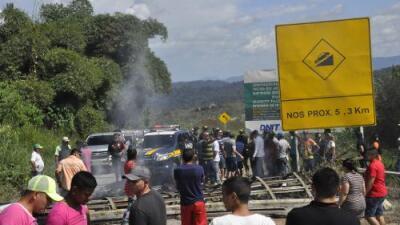"""Al grito de """"fuera"""" queman campamento de inmigrantes venezolanos en una ciudad fronteriza de Brasil"""