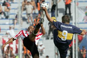 Buenos Aires, ARGENTINA: Boca Juniors' forward Martin Palermo (R) vies for the ball with Juan Veron of Estudiantes during the Argentine Apertura soccer tournement final match at Jose Amalfitani stadium in Buenos Aires, 13 December 2006. AFP PHOTO/DANIEL GARCIA (Photo credit should read DANIEL GARCIA/AFP/Getty Images)
