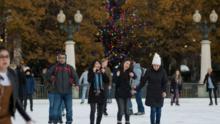Residentes de Chicago pueden disfrutar de la pista de hielo de Millennium Park y Maggie Daley