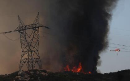 Entre los peligros que asechan con los incendios de rápida propagación en la región en Valle de Jamul, en San Diego al sur del estado, varias líneas eléctricas se encuentran en el camino de las poderosas llamas del 'Valley Fire', que supera los 10,000 acres destruidas y está contenido en un 10% hasta este lunes. <br> <br>