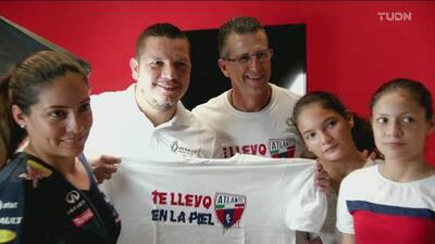 ¡Tatuajes gratis! Félix Fernández se luce con aficionados del Atlante