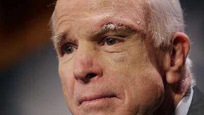 El rebelde McCain anuncia conversaciones con demócratas para sacar una reforma migratoria diferente a la apoyada por Trump