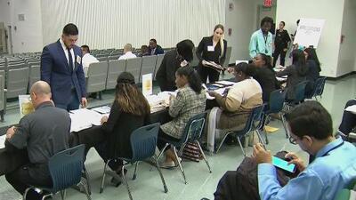 Realizan feria de empleo para reclutar nuevos policías que patrullarán las escuelas de Miami-Dade