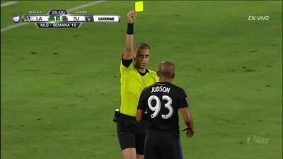 Tarjeta amarilla. El árbitro amonesta a Judson de San Jose Earthquakes