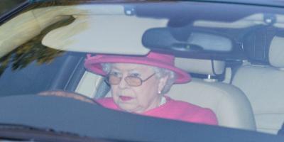 A días de cumplir 93 años, la reina Isabel II renuncia a su derecho exclusivo de conducir sin licencia