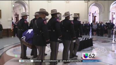 Restos del exgobernador Mark White llegan al capitolio de Texas