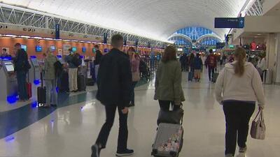 Miles siguen llegando al aeropuerto de San Antonio