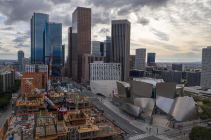 Esta es una visual del centro de negocios y cultural de Los Ángeles. A mano derecha, el fastuoso Walt Disney Concert Hall, seguido por el espectacular museo The Broad, centros culturales de renombre mundial, visitados por miles de turistas locales e internacionales, hoy día cerrados para evitar exposiciones y contagios del coronavirus en la ciudad.