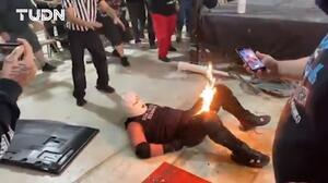 ¡Impactante! El luchador Eric Ryan le prende fuego a su rival