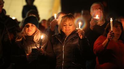 Miles de personas se reúnen para recordar a las víctimas de la masacre en San Bernardino