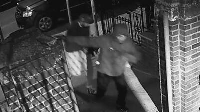 Buscan al segundo sospechoso de una balacera contra dos personas en Queens