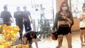 Como perro: 'dominatrix' pasea a hombre encadenado y en cuatro patas por una tienda de Los Ángeles