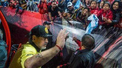 Maradona levanta la mano para dirigir a la Selección Mexicana