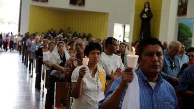 """""""Todos somos Silvio Báez"""": nicaragüenses se concentran en catedral de Managua para respaldar al obispo"""