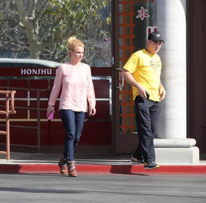 """Incluso, se informó que la inestabilidad emocional de la cantante se debió a que  <b><a href=""""https://www.univision.com/entretenimiento/esta-es-la-emotiva-razon-por-la-que-britney-spears-hara-una-pausa-en-su-carrera"""" target=""""_blank"""">se había sentido muy angustiada </a></b>por la precaria salud de su padre, Jamie Spears (con ella en la foto). El papá de la cantante sufrió una ruptura en el colon hace unos meses y, tras ser operado, tuvo una grave recaída de la que le ha costado recuperarse."""