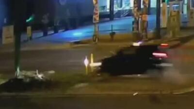Auto sale volando al estrellarse contra un semáforo