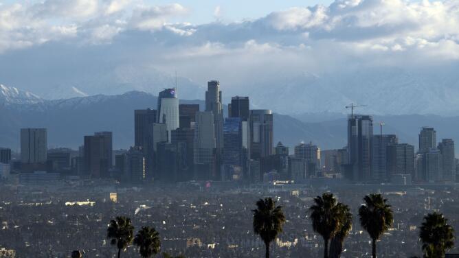 Cielo parcialmente nublado y alerta por riesgos en la costa de Los Ángeles la tarde de este viernes