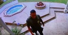 En video: Graban a un alguacil robando en la casa de una persona fallecida