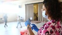 Pese a la vacunación masiva, ¿por qué el coronavirus sigue propagándose en EEUU?