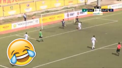 Absurdo: el arquero saca y compromete al defensa y luego le termina haciendo un pase gol al rival