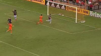 Colombiano Mauro Manotas rompe el fuera de lugar y descuenta para el Houston Dynamo