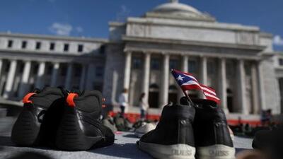 Con zapatos exigen que el gobierno rectifique la cifra de muertos por el huracán María en Puerto Rico