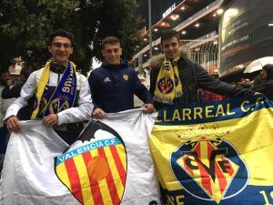 Pura fiesta en Mestalla con hinchas bajo la lluvia para el choque de Valencia y Villarreal