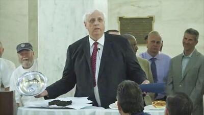El gobernador de West Virginia usa excremento real para comparar un proyecto de presupuesto
