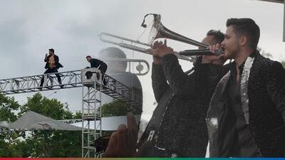 Prometieron algo diferente y lo cumplieron: Banda Renovación se trepó a los tubos y bailaron a tres metros de altura