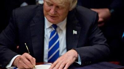 Trump firma orden ejecutiva que desmantela las regulaciones para combatir el cambio climático