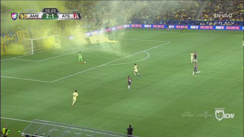 ¡El humo se apodera de la cancha!