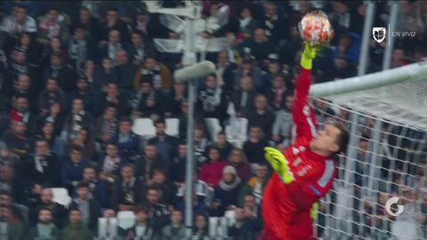 ¡Paradón a una mano! Szczesny evitó el segundo del Ajax