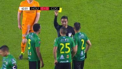 Tarjeta amarilla. El árbitro amonesta a Jorge Aparicio de Guastatoya