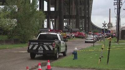 Autoridades tratan de determinar las causas del accidente de un camión de 18 ruedas que cobró la vida del conductor