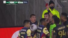¡Luis Reyes pierde la cabeza! Expulsión tras entrada sobre Diego Rossi