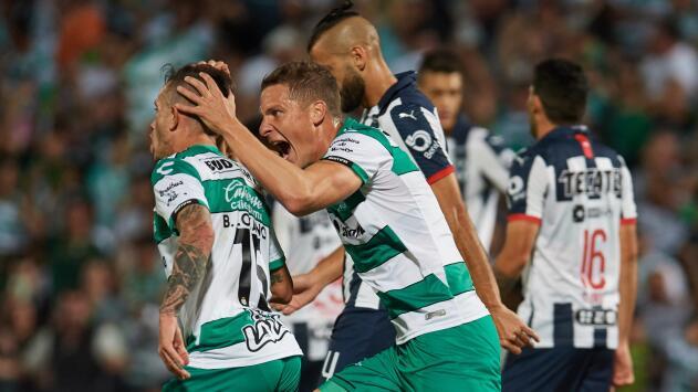 Con golazo de Brian Lozano, Santos 'respira' en Cuartos de Final