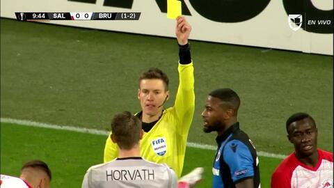 Tarjeta amarilla. El árbitro amonesta a Ethan Horvath de Club Brugge