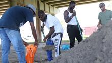 En medio de los destrozos dejados por Marco, habitantes del sur de Louisiana se preparan para la llegada de Laura