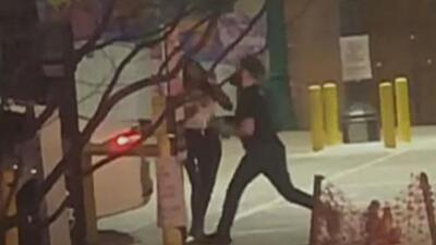 Un hombre blanco golpea a una mujer negra, la defensa argumenta que no es un 'crimen de odio'