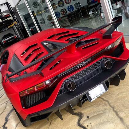 El Lamborghini Aventador SVJ monta un motor V12 de 6.5 litros capaz de rugir al ritmo de 759 caballos de fuerza y 531 lb-pie de torque. Su aceleración es tan descomunal que completa la prueba del 0 a 62 mph (100 km/h) en tan solo 2.8 segundos; y su velocidad máxima está limitada en 217 mph (349 km/h). Un supercarro como éste también está obligado a poseer un superprecio: más de medio millón de dólares. <br>