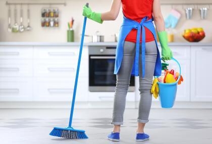 Barrer antes de tiempo. Lo ideal es limpiar habitaciones de arriba abajo, empezando por sacudir ventanas, bajando a mesas y mostradores, sillas y sofás y terminando con el suelo. <br>