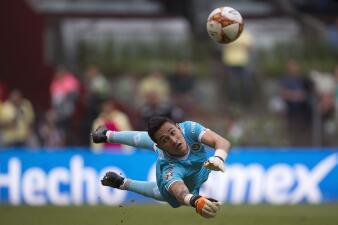 El heroísmo de Raúl Gudiño hizo que Chivas igualara el Clásico Nacional con América