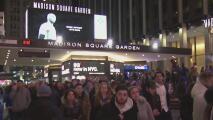 Fanáticos de Kobe Bryant en Nueva York se reúnen para rendirle un tributo