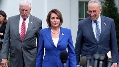 """Trump """"perdió el control"""": en su primer encuentro desde que lo investigan, Pelosi y Schumer dicen que el presidente los insultó"""