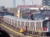 Revelan nuevo video de jóvenes que caminan sobre un tren 7 en movimiento en Queens