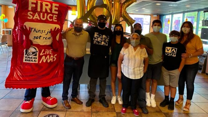 Sorprenden a trabajador del Valle con fiesta y beca de $10,000 para cursar estudios universitarios